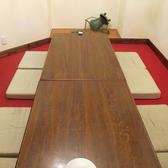 バルには珍しいお座敷個室も赤と白のカラーリングのお部屋は小さなお子様連れのご家族にも人気です