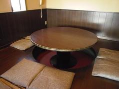 丸型テーブルのお座敷。掘りごたつ式です。