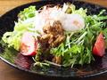 料理メニュー写真水菜と温泉玉子の肉味噌サラダ