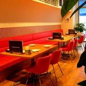 赤い椅子が印象的♪解放感溢れる店内はランチ・ディナーとも雰囲気抜群!