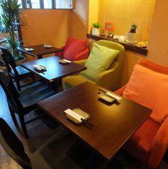 カラフルなソファーのテーブル一階席♪