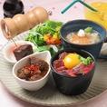 【ランチ】レディースセット 赤牛ステーキ丼ミニ、煮込み、サラダ、スープ、デザート、ワンドリンクのついたお得な女性限定メニュー