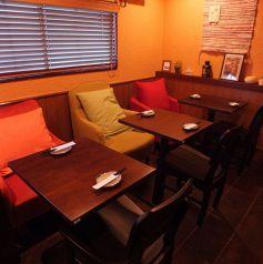 カラフルなソファーのテーブル2階席