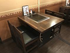 4名様まで座れます。並びのテーブル席と連結出来るので、団体様でもご利用頂けます。鉄板を囲んでお楽しみ下さい♪