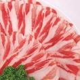 【あじ豚使用】、あじ豚の旨さの秘訣ですが、飼料にあり、通常使われるトウモロコシは使わずに、代わりに100%植物性の飼料「あじ豚実り」を使用しています。油脂成分の多いトウモロコシを除くことによりくせがなくなり、背油の融点が通常の豚より7℃程度高くなり、よく締まった肉になります。