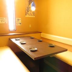 半個室でのご案内ですが4名様から最大6名様までご利用いただけます。落ち着いた空間でゆっくりとお食事を楽しみたい方にもおすすめです◎会社宴会やご家族でのお食事会など、各シーンに合わせてご利用くださいませ。