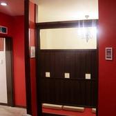 ホール部分とは少し離れた個室はパーティーや貸切の際にクロークとしてのご利用もできます