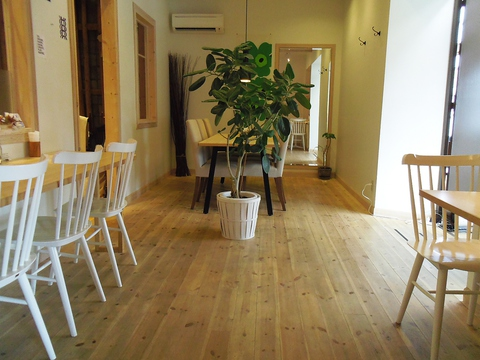 おしゃれな北欧カフェ。広々として明るい店内はどこかホッとできる癒しの空間。
