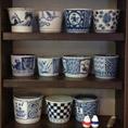 「てびねり」とは陶土を轆轤(ろくろ)・型などを用いず、手でこねて陶器を形作ること。店名に即したオシャレな小物も置いてある、女性ファンも多いお店★