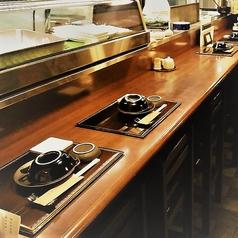 厨房の様子を眺めながら食事をしていただけるカウンター席。