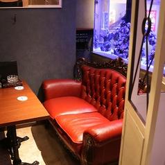 ロココ調のダブルソファとシングルソファ席。カップルシートとしてもご利用いただけます。熱帯魚水槽を眺められるお席です。