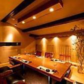 神楽坂でのご結納や両家顔合わせなどに最適な屋根裏部屋を改装した完全個室空間。その他にも、同窓会や還暦のお祝いなど様々なお祝いのシーンなどにもご活用頂けます。旧母屋の面影が色濃く残る店内は、無垢材の温かみのある和モダンな雰囲気。大人の隠れ家としても人気の神楽坂で、肉懐石と日本酒・ワインをご堪能下さい。