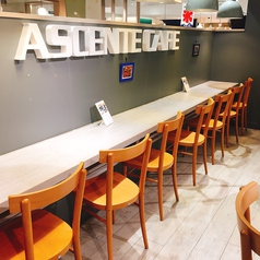 テーブル席最大20名!カウンター9席!最大76名様までお座り頂ける広いイートインスペースとなっております。パンを始め、和洋中の惣菜やお弁当◎1人でもご利用いただけるスペースが多数あり!