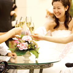 二次会、1.5次会に。1階バーフロア貸切時は最大100名様まで。イタリア産の大きなシャンデリアがゲストに感動と驚きを与えます。