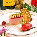 料理メニュー写真フランボワーズのムースと苺 フランボワーズのソルベを添えて