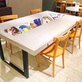 テーブル席最大20名!カウンター9席!最大76名様までお座り頂ける広いイートインスペースとなっております。パンを始め、和洋中の惣菜やお弁当◎ ゆったりと座ることも出来ます。またお子様のご利用も大歓迎!!テーブルにはお子様用の本から雑誌までご用意しております!