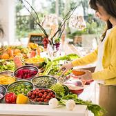 雰囲気抜群、メインは270°に広がる開放的なオープンキッチンから、出来たての料理を提供します。