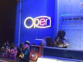 明るくライトアップされた入口と落ち着いた雰囲気の店内があなたをお出迎えします。