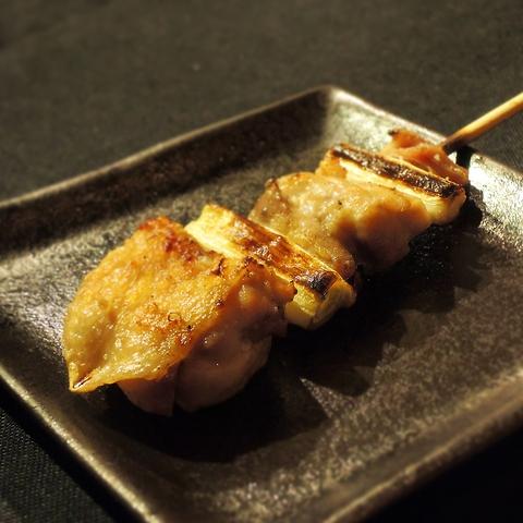 心地よい空間に元気なスタッフ、うまい串焼きに料理、酒。クーポンで手羽先10円に。