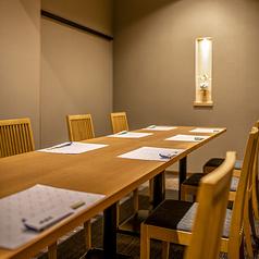【8名様掛けのテーブル席】上品で落ち着きのあるテーブル席は、震災後に新しくできた個室のお席です。脚に負担のかかりにくいテーブル席は、どなた様でもご利用いただきやすく、ご家族でのお食事などにもおすすめです。