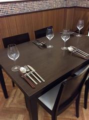 4名様掛けのテーブル席。人数に応じてレイアウトの変更が可能です