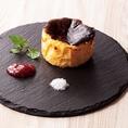 『バスク風 チーズケーキ』は当店のおすすめスイーツ!TVにも取り上げられたことのあるレアチーズとベイクドチーズのいいとこ取りの人気ドルチェ!