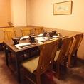 テーブル席の完全個室は2部屋つなげれば最大14名。ゆったりとくつろげます。