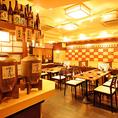 活気あふれる博多酒場の雰囲気!にぎやかなテーブルフロアは、各種ご宴会や歓送迎会を気軽にワイワイお楽しみ頂ける空間となっております。絶品コース料理やこだわりの逸品、種類豊富なドリンクをご堪能しながら、是非お楽しみ下さい!