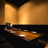 最大12名様まで利用可能!掘りごたつ席のため、ゆったりとお寛ぎいただけます。女子会や仲間同士の飲み会、会社でのご宴会や同窓会がプライベート空間でお楽しみいただけるのはもちろん、接待や会食などにもおすすめです。他にも2~4名・6~8名・16名個室もご用意しておりますので、お気軽にご相談ください。