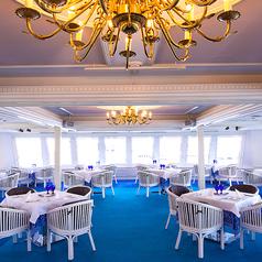 【ルビー】広々としたくつろげる空間をご用意しております☆白を基調にした明るい室内は、グランドピアノ、音響を完備し、70名様までのパーティールームとしても人気のフロア☆