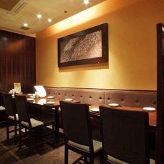 お気軽にご利用頂けるテーブル席!落ち着いた居心地のよい空間。落ち着いた照明と木を基調とした優しい内装でお客様をお迎えいたします。
