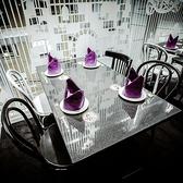 明るい窓側のテーブル席は開放感たっぷり♪カーテンを良く見ると銀幕の国のアリスの物語が・・・★