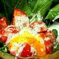 料理メニュー写真まるごとホーレン草とフルトマの温玉シーザーサラダ