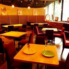 メインフロアのテーブル席は人数に応じてお席の組み合わせ可能!