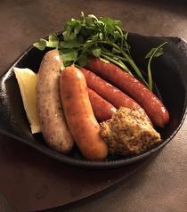 料理メニュー写真5種ソーセージの鉄板グリル
