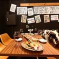イラストと筆字で施されたメニュー札が店内を賑やかに!ワイワイガヤガヤの中にお洒落なテーブル席が雰囲気抜群♪