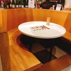 テーブル席の中で特に人気な4名様テーブル×2席!テーブル席最大27名!カウンター14席!最大76名様までお座り頂ける広いイートインスペースとなっております。パンを始め、和洋中の惣菜やお弁当◎ ゆったりと座ることも出来ます。