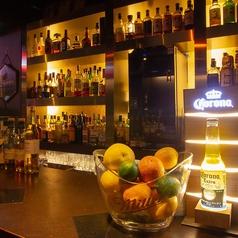 【オシャレなカウンターで美味しいお酒を堪能】種類豊富なお酒が並んでいて、お一人様でもゆったりとした時間が過ごせるカウンター席。