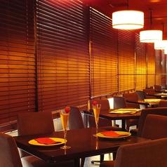 店内奥のテーブル席はメインフロアよりも落ち着いた雰囲気の中でお食事が楽しめます。