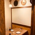 6番の個室空間にはワインを模った木目調のデザインやイタリアの食器などで彩られています。