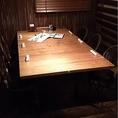 こちらのお席は入り口入って左にすぐある個室のお席になります。木を基調したお部屋になっております。