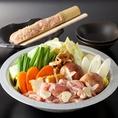 <塩鶏鍋>1408円(税込)!一鳥厳選の鶏肉や野菜を塩鍋で召し上がれ♪最後は鶏肉や野菜の旨味がたっぷりでた出汁で〆の雑炊 or ラーメンをお楽しみ下さい!!