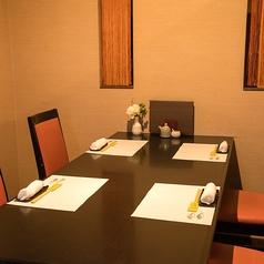 半個室仕様のテーブル席。入口以外は壁に囲われています。