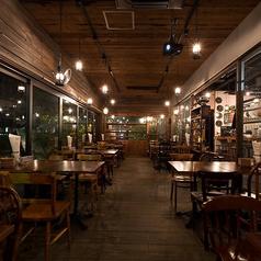 【テーブル席】ランタンがきれいに灯る店内は雰囲気◎落ち着いた空間が広がっております。女子会やプライベートな飲み会はもちろん、記念日やデートなどにもお使いいただけます♪