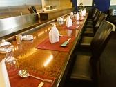 カウンター7席/高級感のある大理石のカウンターは、オープンキッチンになっており、目の前でシェフが鮮やかな手さばきで次々と料理を仕上げるのが見られる。