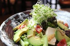 豆腐とアボカドのヘルシーサラダ