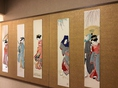 「店内を彩る押し絵」着物の生地を活かした芸術品、押し絵。作品は全て手作り。お寿司の出来るまでの待ち時間も癒されます。