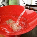 お飲み物、種類豊富に取り揃えております。焼酎や日本酒は、1本1本厳選して取り揃え、博多料理にぴったりのお酒ばかりです。ソフトドリンクや梅酒の種類も豊富なので、お子様や女性の方も楽しく飲めます。飲み放題は、瓶ビール・焼酎・カクテル・サワー・日本酒などございますので、お食事とご一緒にお楽しみください。