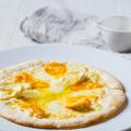 料理メニュー写真4種チーズと蜂蜜のピザ