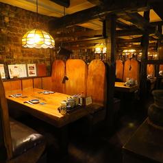 テーブルのお席がございます。4名掛けや6名掛けがございますので、グループやご家族でのご来店時に最適です。